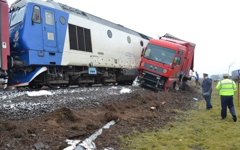 Tir lovit de un tren de pasageri la Caracal. Șoferul tirului a decedat