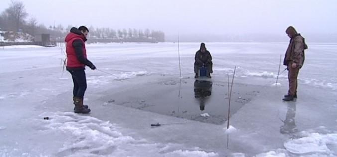 Pescar hoinar, dă la copcă pe  gheaţa lacului Tâncăbeşti