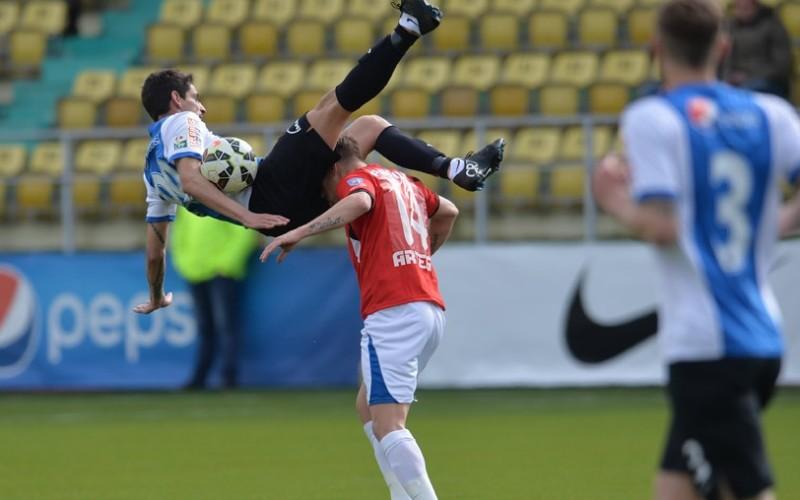 Uppss!!! Un fotbalist a fost lovit de adversar, cu capul, fix în testicule