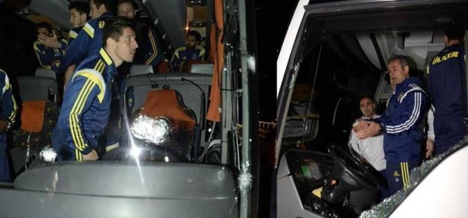 Fotbaliștii echipei Fenerbahce, la un pas de moarte după ce autocarul lor a fost ținta unui atac