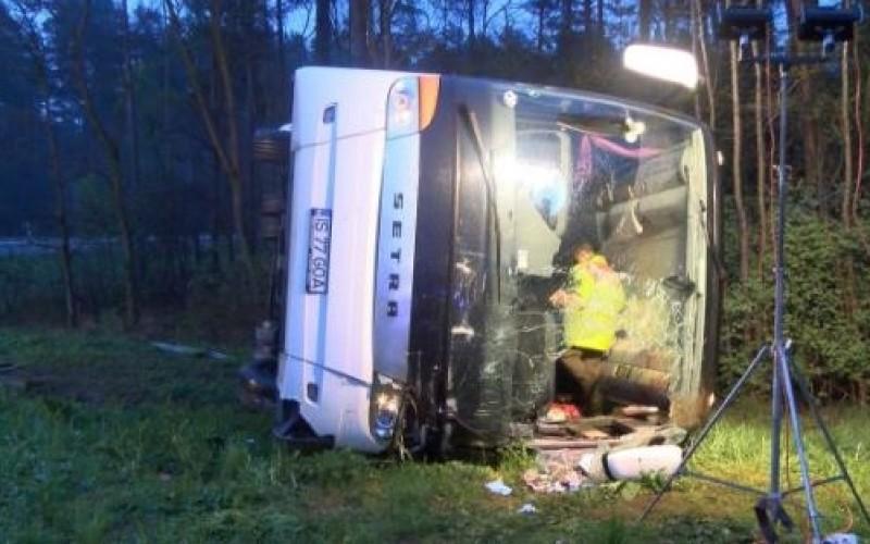 Un autocar cu 2 români și 9 moldoveni la bord s-a răsturnat pe o șosea din Germania