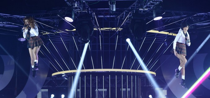 Raluca și Denisa de la Bambi cântă suspendate la 15 metri deasupra scenei