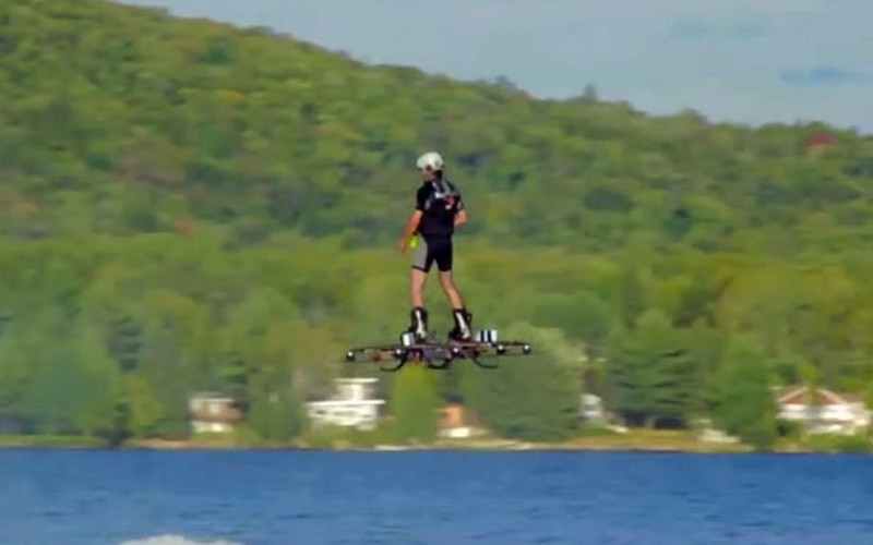 Un român a intrat în Cartea Recordurilor după ce a zburat deasupra apei – VIDEO