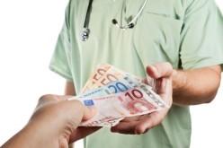Un medic de la Spitalul Județean Arad, prins în flagrant în timp ce primea 500 de euro mită