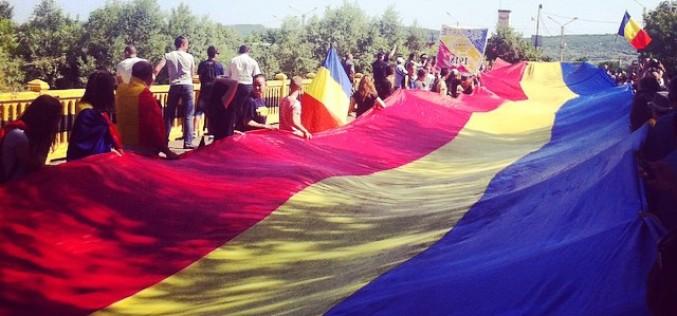 Steag tricolor imens peste Prut la Sculeni