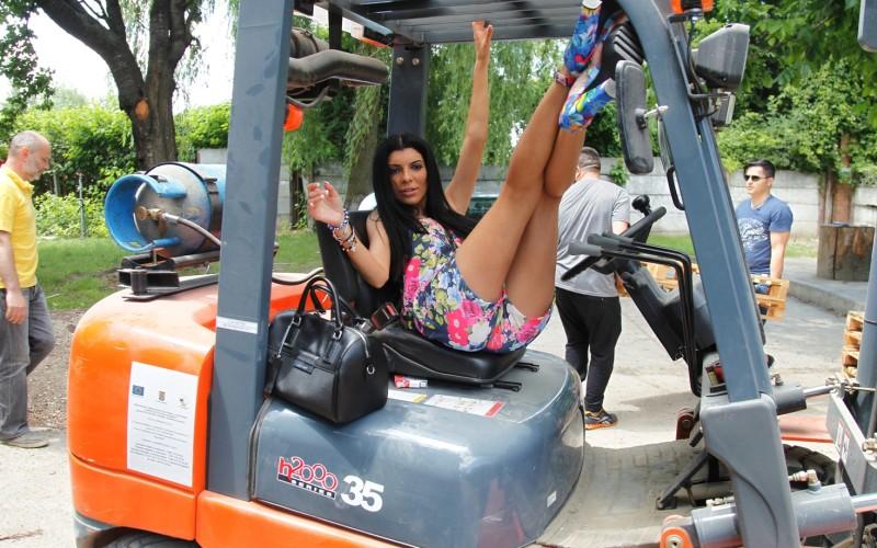 """Andreea Tonciu botează o văcuță cu numele """"Chanel"""""""