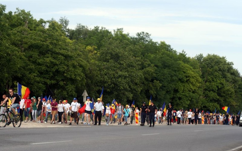 Sute de tineri vin pe jos de la Chișinău la București în Marșul Unirii