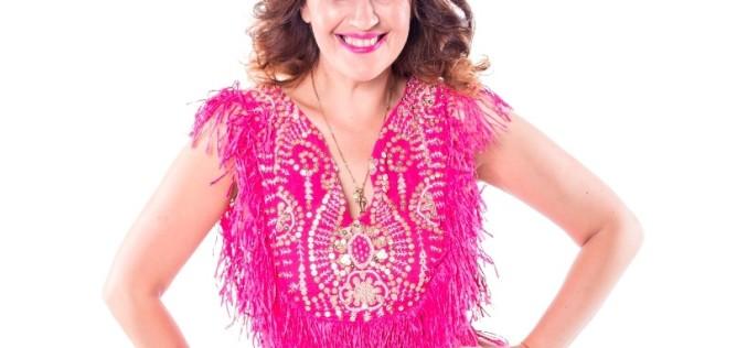 Rona Hartner este pasionată de croitorie. Îi face rochițe fiicei sale
