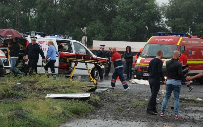 Cod roșu de intervenție la Brăila după ce un autocar cu 38 de persoane s-a răsturnat. Trei copii au murit