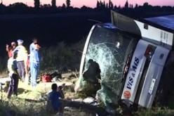 Carnagiu pe Autostrada Soarelui. Doi morți și zeci de răniți în urma răsturnării unui autocar