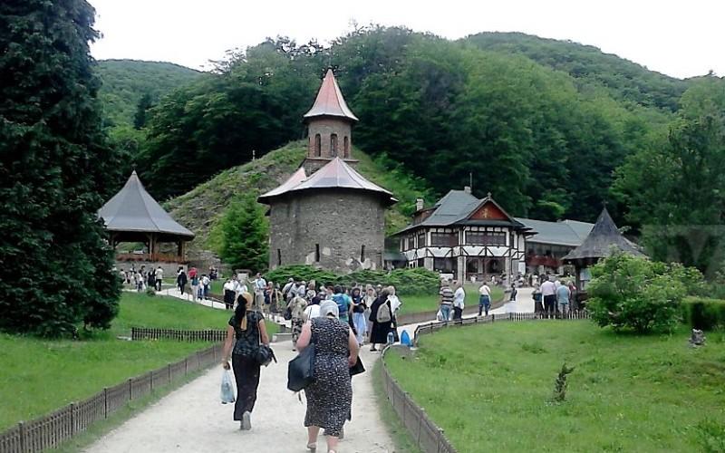 69 la sută din români se roagă zilnic la Dumnezeu iar 26 la sută merg în pelerinaj