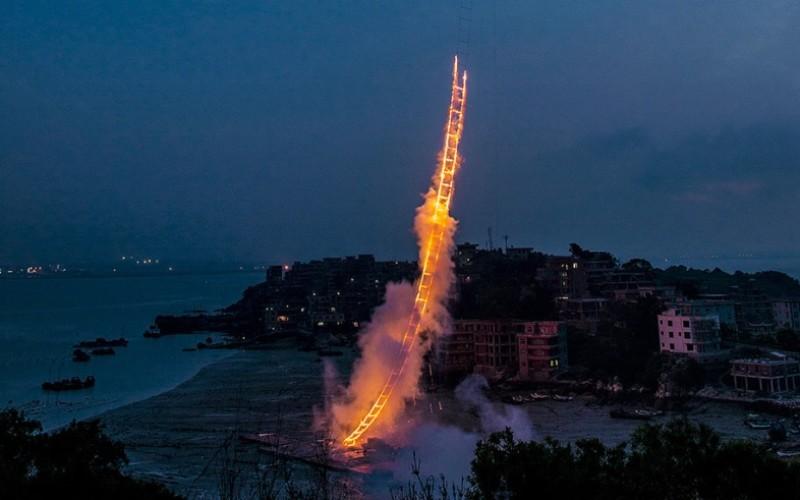 FABULOS   Un chinez a creat pe cer, o scară de artificii de jumătate de km – VIDEO