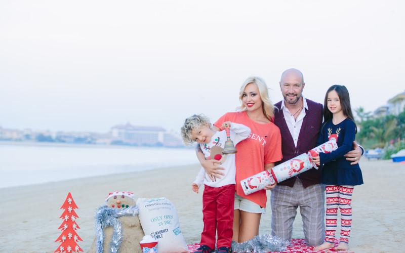 Raluca Zenga a făcut Crăciunul pe plajă, cu cămile şi om de zăpadă din nisip