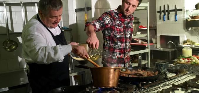 Andi Moisescu face Politică și delicatețuri în bucătăria lui Mircea Dinescu
