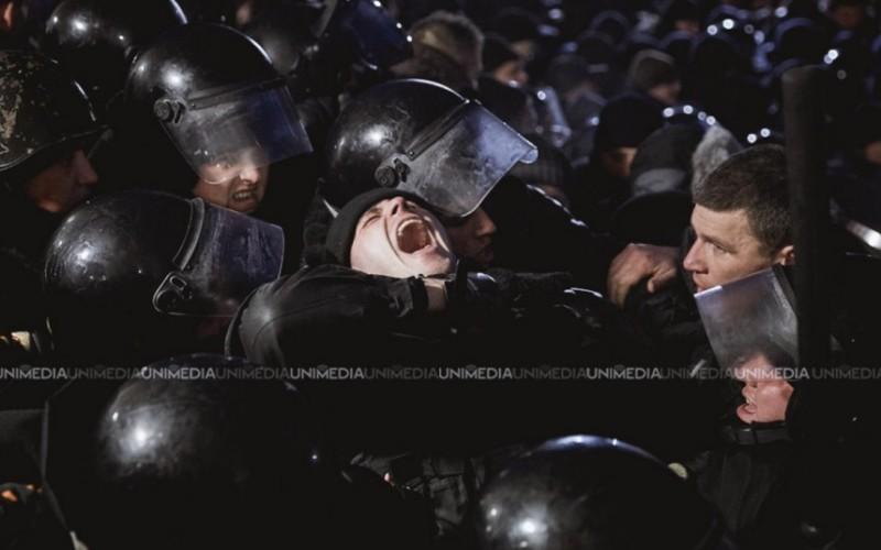 Proteste violente la Chișinău după votarea Guvernului Pavel Filip. Manifestanții au intrat în Parlament