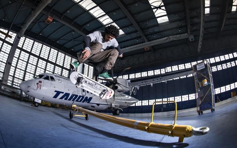 Hangarul Tarom, luat cu asalt de  8 skateboarderi  în cadrul Now sk8/boarding