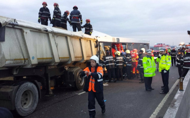 Grav accident rutier produs pe DN1, la Strejnic. 5 persoane au murit iar 28 au ajuns la spital