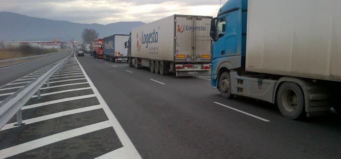 Transportatorii rutieri nu renunţă la proteste şi cer Parlamentului să-l demită pe Şeful ASF, Mișu Negrițoiu