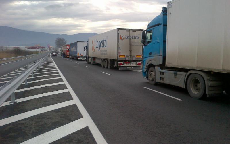 Se agravează situația camioanelor blocate la frontiera dintre Grecia și Bulgaria. Mii de TIR-uri stau de zile în șir la vamă