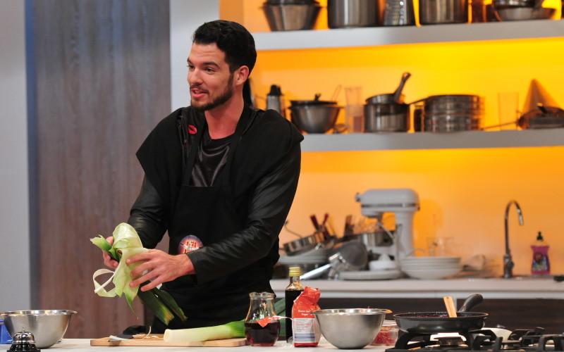 Un preot, un DJ, un student și două bucătărese au luat cuțitul în show-ul de la Antena 1