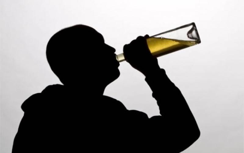 Tinerii din România beau de sting. Părinții și prietenii îi influențează să consume alcool