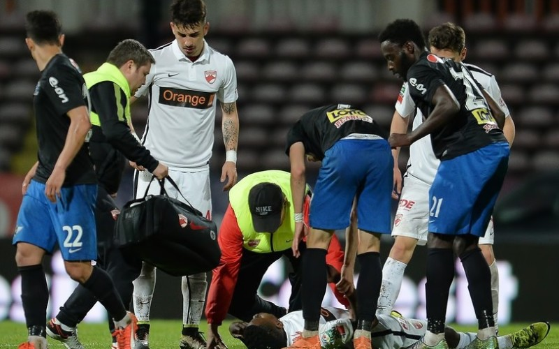 SCANDALOS   Medicul care trebuia să-l resusciteze pe fotbalistul Patrick Ekeng, fuma și mânca semințe în tribună