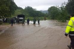 Ploile fac ravagii în România. Pompierii și jandarmii construiesc un dig de protecție la Bucureşci