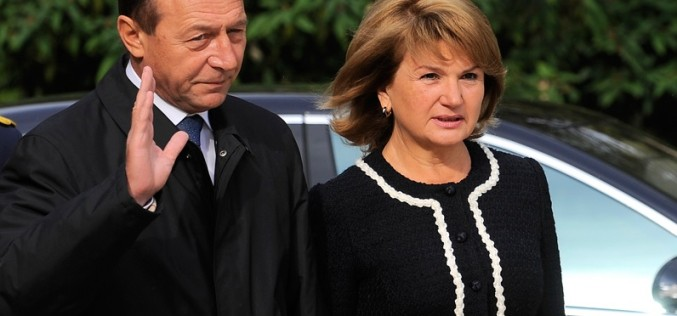 Traian Băsescu şi soţia sa Maria au primit cetăţenia Republicii Moldova