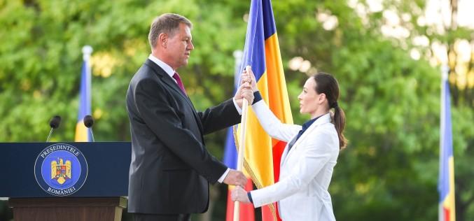 România pleacă la Rio | Iohannis i-a înmânat drapelul României, gimnastei Cătălina Ponor
