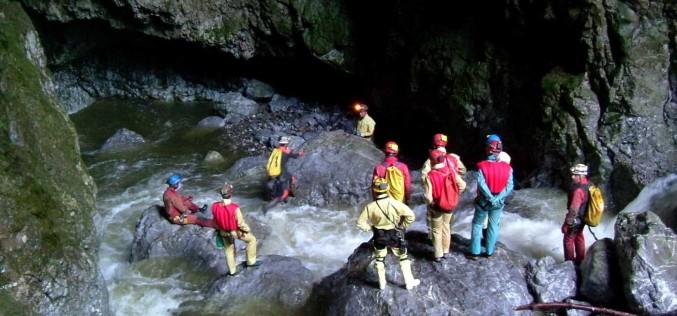 11 persoane, blocate în peștera Huda lui Papară. Pompierii au intervenit pentru salvarea lor