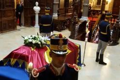 Sicriul cu trupul neînsuflețit al Reginei Ana, depus în Sala Tronului din Palatul Regal din București