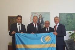 Ambasadorul SUA la Bucureşti umileşte românii şi se fotografiază cu steagul ţinutului secuiesc