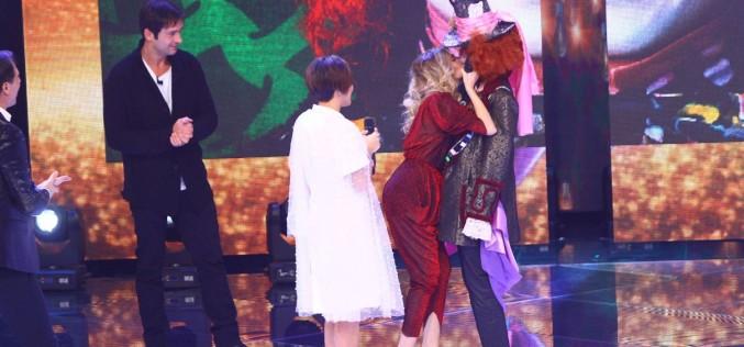 """Lidia Buble îl sărută pe gură pe Pălărierul din """"Alice în Țara Minunilor"""""""