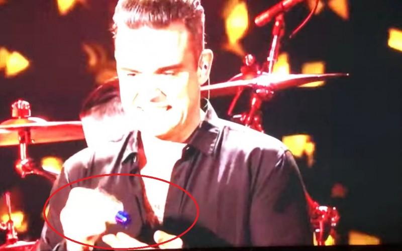 Robbie Williams, gest scârbos. S-a dezinfectat pe mâini după ce fost atins de fani – VIDEO