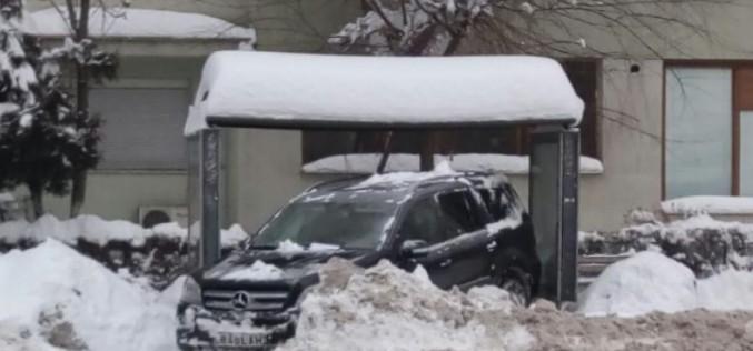 TUPEU MAXIM   A parcat mașina de lux într-o stație de autobuz. Șoferul s-a ales cu dosar penal