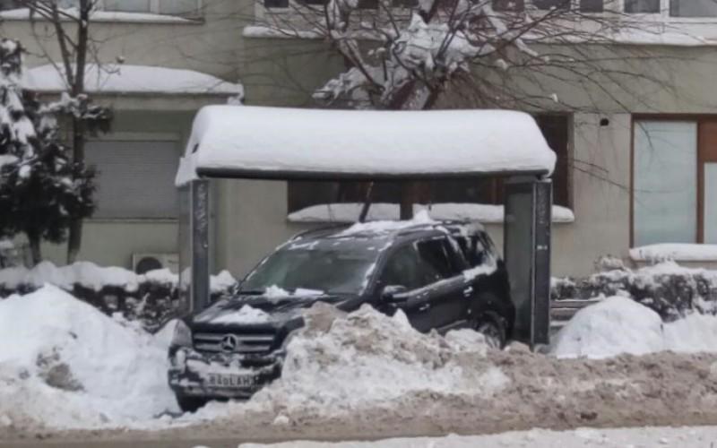 TUPEU MAXIM | A parcat mașina de lux într-o stație de autobuz. Șoferul s-a ales cu dosar penal