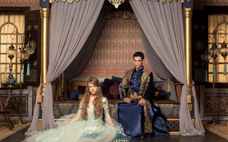 O actriță cu origini românești cucerește lumea alături de un sultan