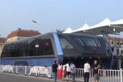 Chinezii au găsit soluția la traficul aglomerat: Un autobuz Gigant care merge deasupra mașinilor – VIDEO
