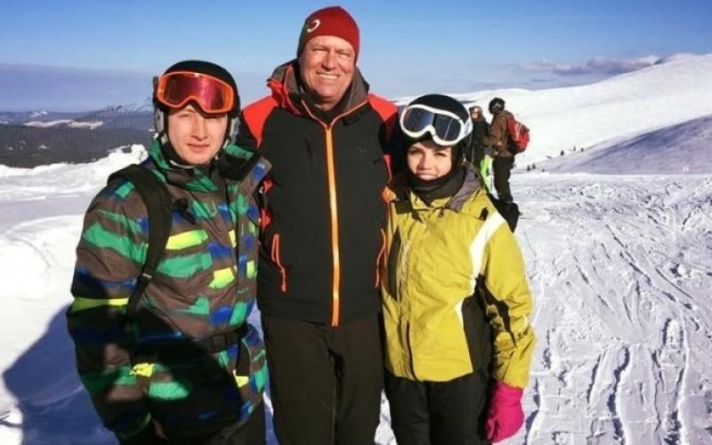 MEGA SFIDARE   Românii protestează iar Iohannis se relaxează la schi