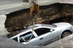 Mașină înghițită de un crater uriaș la Râmnicu Sărat – VIDEO