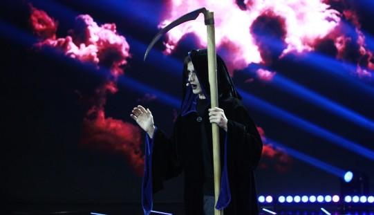 Concurenții iUmor vin îmbrăcați în costume ciudate în fața juraților sperând că au umor