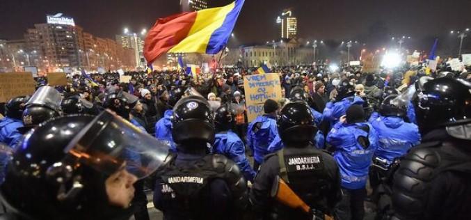 Peste 80,000 de protestatari în Piața Victoriei. Manifestanții cer demisia Guvernului