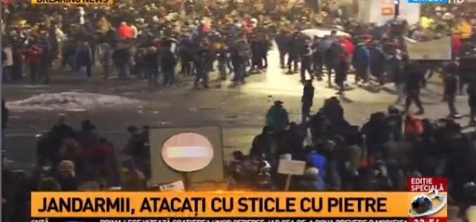 Proteste violente în Piața Victoriei. Jandarmii, atacați cu pietre și petarde