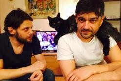 Doi actori români donează sânge în Praga pentru a putea reveni în România