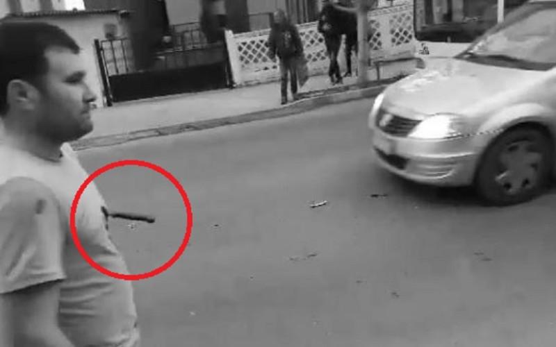 HOROR | Un bărbat s-a plimbat pe stradă cu un cuțit înfipt în piept
