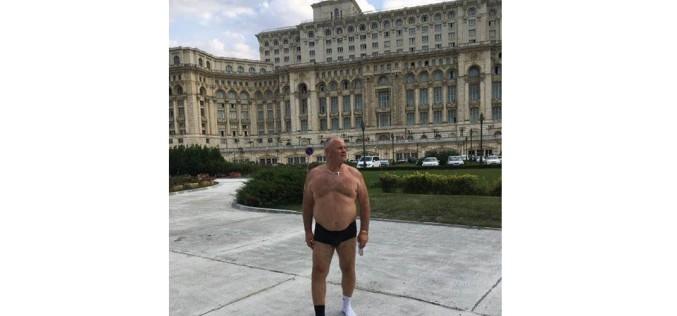 Striptease la Parlamentul României. Un politician s-a dezbrăcat și a rămas în chiloți