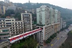FABULOS | În China un tren trece prin mijlocul unui bloc cu zece etaje – VIDEO