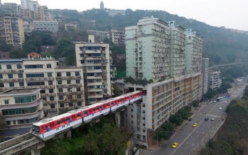 FABULOS   În China un tren trece prin mijlocul unui bloc cu zece etaje – VIDEO