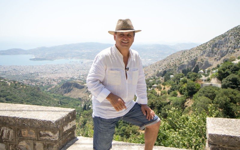 Nea Mărin n-a suportat luxul de la hotel, în Grecia, și a pus mâna la muncă