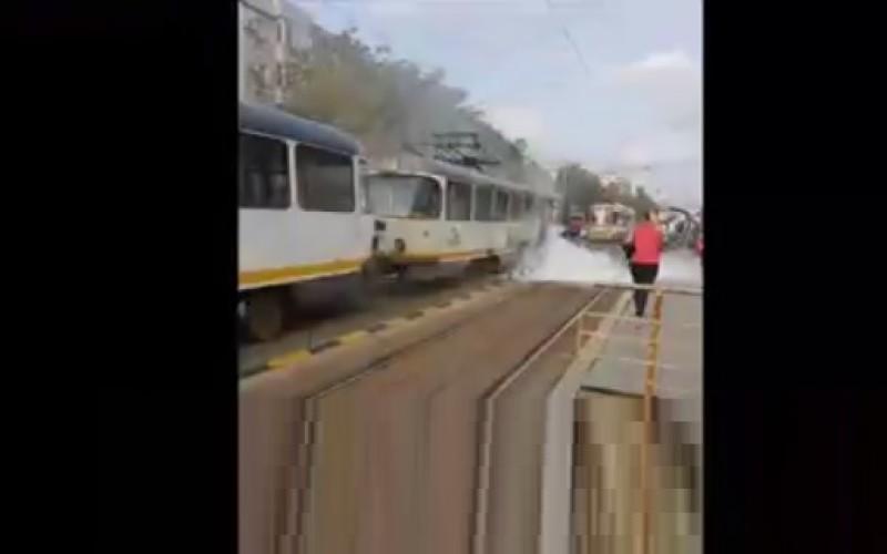 Un tramvai de pe linia 25 din Bucureşti a luat foc. Circulaţia este blocată!